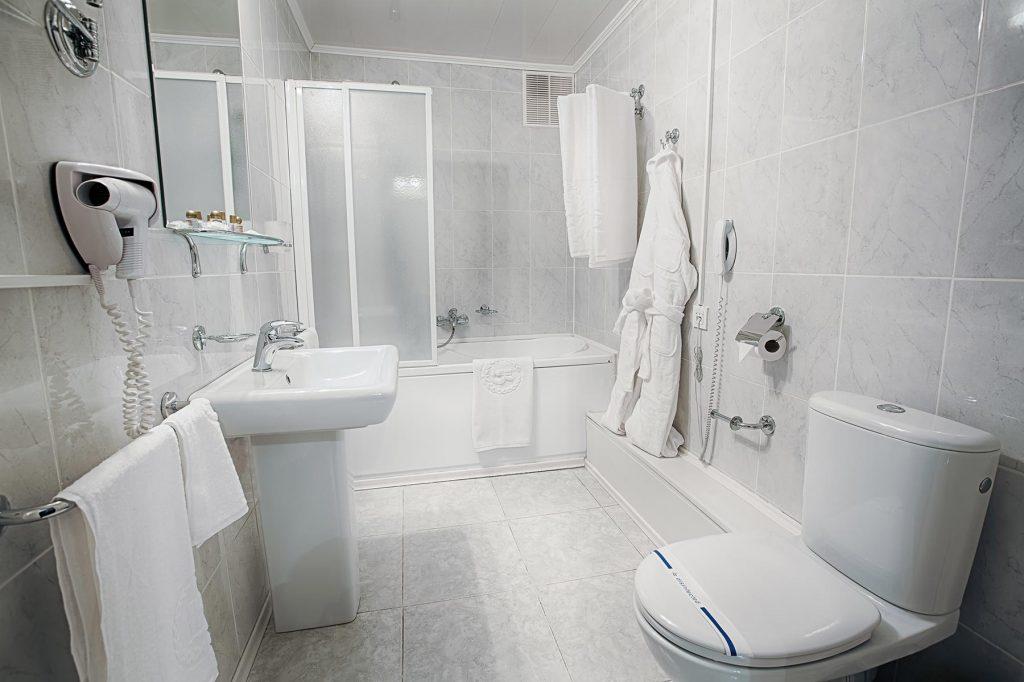 interior-of-a-modern-hotel-bathroom-PTGA9DG.jpg