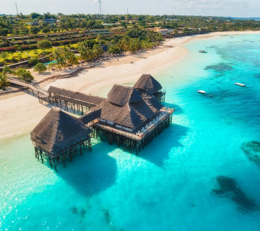 aerial-view-of-beautiful-hotel-on-the-water-in-oce-4PSJRVZ.jpg