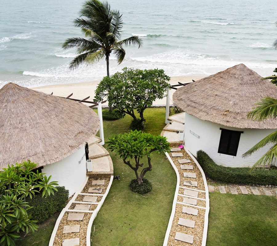 bungalows-at-a-luxury-resort-47YMEF6.jpg
